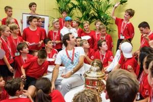 ทบทวนความหลังครั้งในอดีตเพราะเหตุผลที่ตัวเองเคยเป็นมาก่อน ..Federer Roger กับประเพณีแจก Pizza ให้เด็กเก็บลูกฉลองแชมป์ในบ้านเกิดที่เมือง.. Basel, Switzerland..จากเมื่อปีที่แล้วงดแจกให้กับเด็กๆ เนื่องจากเขามีอาการบาดเจ็บไม่สามารถเข้าร่วมการแข่งขันรายการ.. Swiss Indoors Basel..นักหวดวัย 36 ปี กลับมาเล่นอีกครั้งในวันอาทิตย์ที่ 29 ต.ค. และสามารถเอาชนะคู่ปรับชาว ..อาร์เจนไตน์..Juan Martin Del Porto...ในสามเซต คว้าแชมป์รายการนี้เป็นครั้งที่ 8 ให้กับตัวเอง สำหรับ Federer Roger..ลงเล่นรายการนี้ที่เมือง  Basel บ้านเกิดของตนเองเข้าถึงรอบชิงชนะเลิศมาแล้วถึง 11 ปี นักหวดชาว Switzerland ฉลองแชมป์ด้วยการเลี้ยง Pizza ให้แก่เด็กเก็บลูกทั้งเด็กชายและเด็กหญิง ซึ่งในอดีตเขาเคยปั่นจักรยานจากบ้านมาเป็นเด็กเก็บลูกในการแข่งขันเทนนิสอาชีพตั้งแต่วัย  11 ขวบปี ซึ่งแมตช์สำคัญในครั้งนั้น คือการพบกันระหว่าง Michael Stich .. พบกับ.. Stefan Edberg ..ในรอบชิงชนะเลิศในปี1993 ในการแข่งขันครั้งนั้น.. Michael Stich..เป็นผู้ครองแชมป์ แถมการเลี้ยง Pizza ในครั้งนี้ เขายังได้แจกเหรียญรางวัลให้กับเด็กเก็บลูก หลังจากที่เอาชนะคู่ต่อสู้ในรอบชิงชนะเลิศคว้าแชมป์รายการนี้เป็นครั้งที่ 8 พร้อมกับหยิบสถิติคว้าแชมป์ 95 รายการ...ครองอันดับที่ 2 ตลอดชีพ