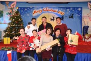 ทวิทย์ ปิณฑะแพทย์ (กลาง) ครูใหญ่โรงเรียนพุทธศาสนาวันอาทิตย์วัดพุทธานุสรณ์ เมือง ฟรีมอนด์ และคณะครูอาสาสมัคร จัดกิจกรรมแลกของขวัญ เนื่องในเทศกาลคริสต์มาส เมื่ออาทิตย์ที่ 17 ธันวาคม ที่ผ่านมา