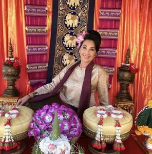"""สนใจจัดงานพิธีมงคลสมรสแบบไทยๆ ทั้งแยกจัด-จัดเป็นแพคเกจ พร้อมจัดดอกไม้-ตบแต่งสถานที่สำหรับงานเลี้ยงแต่งงาน-งานเลี้ยงทั่วไป และจัดงานหมั้น-ขบวนแห่ขันหมากตามประเพณีไทย ติดต่อ """"ดีดี้ สิทธิเสรี"""" ที่ Viva Thai Wedding Studio & Events 818-799-6677"""