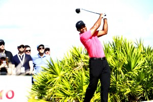 """หลังจากที่ห่างเหินสนามกอล์ฟก่อนหน้านี้ เขาพักการเล่นมากว่า 9 เดือน จบอันดับที่  9 ร่วม ทำสกอร์รวม  8 อันเดอร์พาร์  """"Tiger Woods"""" วัย 41 ปี จากฟอร์มการเล่นในรายการ..Hero World Challenge..ล่าสุดที่ไม่ได้แสดงให้เห็นถึงอาการบาดเจ็บตลอด 4วัน เลยโชว์ฟอร์มการกลับมาอีกครั้งได้อย่างสวยเมื่อ  2 อาทิตย์ที่แล้ว ทำเอาบริษัทรับพนันผวา จนทำให้เขาถูกจัดให้อยู่ 1 ใน 10 นักกอล์ฟที่มีลุ้นแชมป์รายการเมเจอร์แรกประจำปี ฤดูกาล2018..""""The Masters """" ที่จะเปิดฉากในวันที่ 5-8 เมษายน 2018 ณ. Augusta,สหรัฐอเมริกา โดนจัดให้เป็นตัวขึ้นเต็งอยู่อันดับที่  4 ที่จะครอบครองแชมป์รายการ The Masters.. ครองสวมเสื้อ.. Green Jacket..        รายชื่อนักกอล์ฟที่ถูกจัดโดยบริษัทรับการพนันถูกกฎหมาย เต็ง 1 ของทัวร์นาเมนต์ คือโปรหนุ่ม """"Jordan Spieth"""" แชมป์เมื่อปี 2015 อัตรา 15-2 (แทง 2 จ่าย 15) ตามด้วยเต็ง 2โปรหนุ่ม """"Dustin Johnson"""" มืออันดับที่  1 ของโลกปัจจุบัน  อัตรา 10-1 และตามมาด้วยเต็งอันดับที่  3 โปรหนุ่ม """"Rory Mcllroy"""" จาก ไอร์แลนด์เหนือ 12-1 สำหรับแชมป์เก่า""""Sergio Garcia"""" ห่างสายตาจากวงการนักพนัน ได้ที่อัตรา 35-1"""