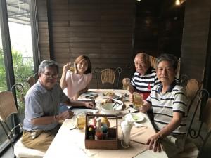 """ประกิต นุชสถิต ขณะนี้อยู่เมืองไทย ไปทานอาหารกับเพื่อนสนิทที่ร้าน Pier 39 ซอยวิภาวดี 16/10 และไม่ต้องไปรบกวนกระเป๋าเพื่อนที่เมืองไทย """"จุ๊ก"""" บอกว่าร้านนี้ ขาหมูอร่อยมาก"""