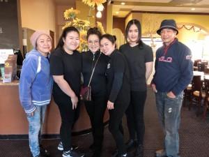 """""""ฮาย"""" อาภาพร นครสวรรค์ มาเล่นมินิคอนเสิร์ตที่แอล.เอ. พร้อมแวะชิมอาหารไทยรสเด็ด โดยมี """"ทีมงาน"""" ให้การต้อนรับ ที่ร้านอาหารทานตะวัน (Tantawan Thai Kitchen) เมือง โรสมีด เมื่ออาทิตย์ที่ผ่านมา"""