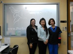 """ตรวจเช็คสุขภาพฟัน ทำความสะอาดฟัน, อุดฟัน, ถอนฟัน, รักษารากฟัน, ครอบฟัน, ฟันปลอม, ฟอกฟันขาว, จัดฟันแบบใส (Invisalign), ปลูกรากเทียม ที่ The Perfect Smile ในเมือง Alhambra นำโดย """"แพท&ทีมงาน"""" .ให้การต้อนรับ โทรนัดได้ที่ 626-570-1818 Office, 626-327-2872 พูดไทย"""